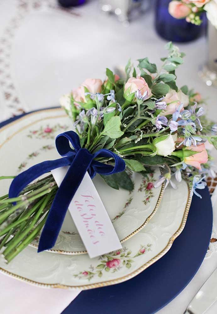 Quando for decorar a mesa do dia das mães, coloque um belo buquê em cima do prato.