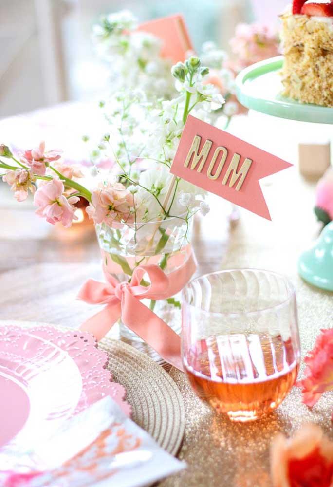 """Decore a mesa do dia das mães com plaquinhas que levam a palavra """"mãe""""."""