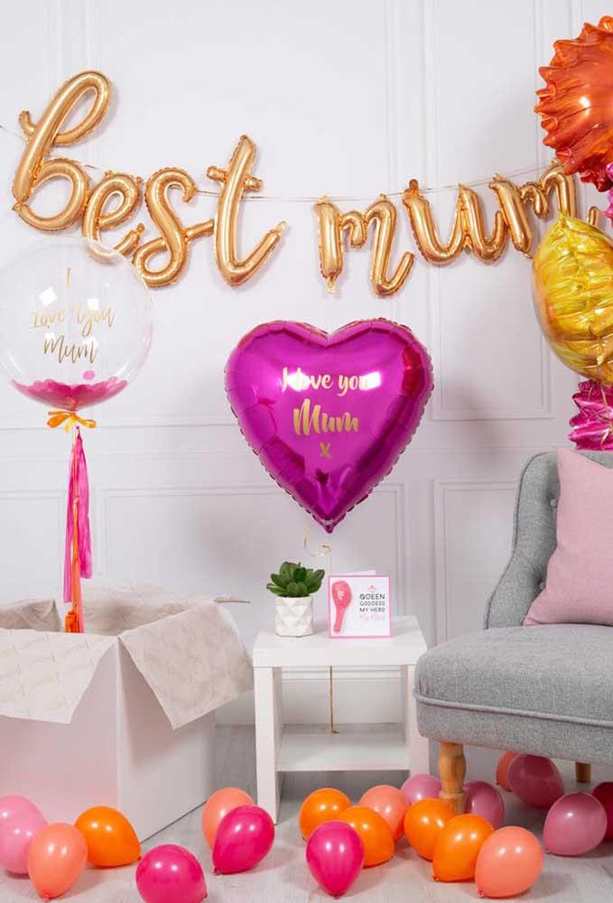 Os balões nunca saem de moda. Portanto, prepare uma decoração dia das mães com balões metalizados.