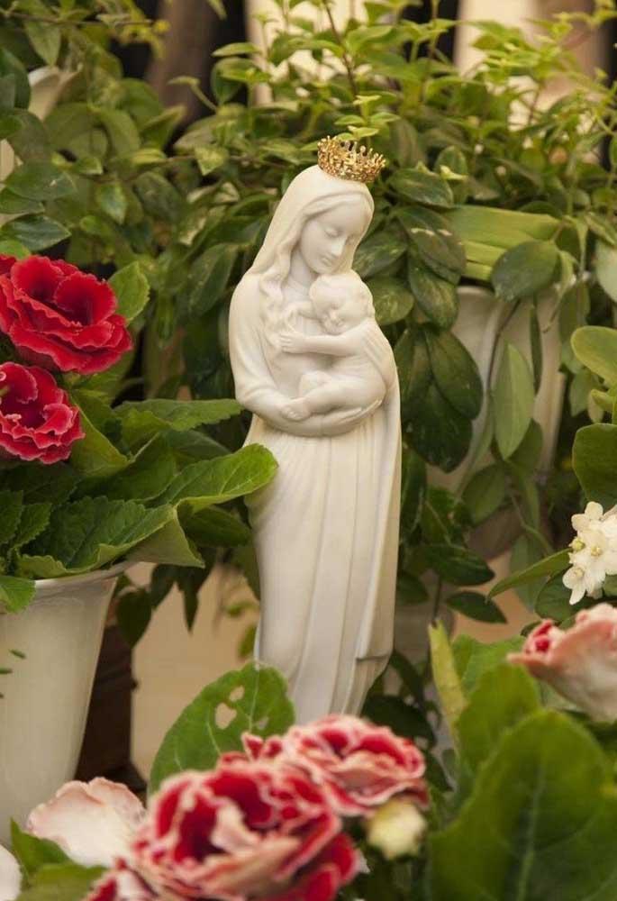 Se a mamãe segue o estilo mais religioso, que tal fazer uma decoração com imagens da Virgem Maria?
