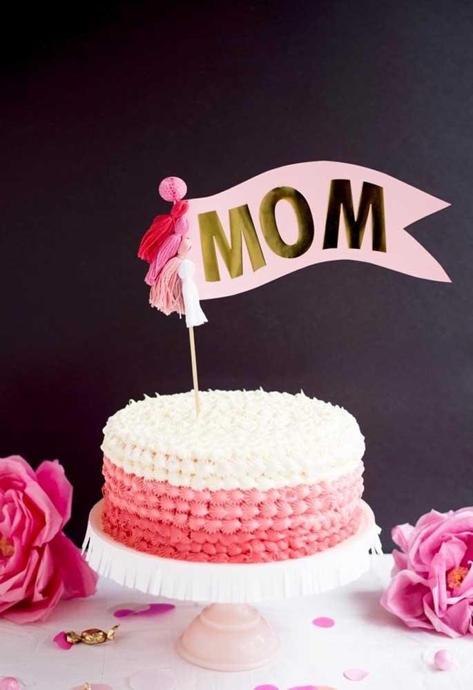 """No topo do bolo coloque uma plaquinha com a palavra """"mãe""""."""