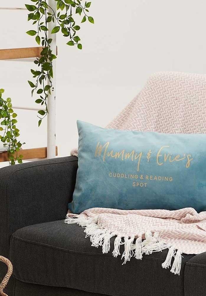 Personalize algumas almofadas e coloque para decorar a casa para o dia das mães.