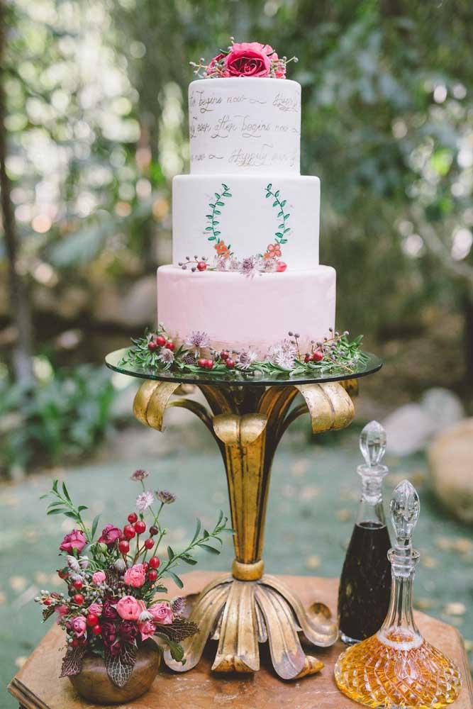 Aqui, a mesa do bolo tem praticamente o mesmo tamanho do bolo em si