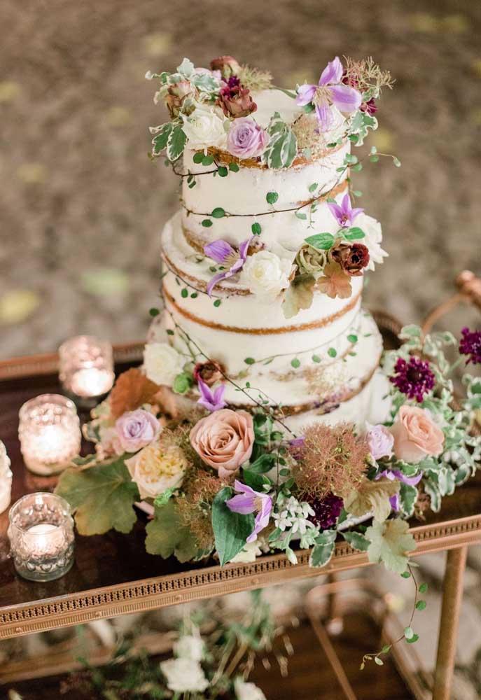 O estilo do bolo está sempre de acordo com a decoração da mesa. Aqui, por exemplo, o nakked cake combina perfeitamente com a rusticidade dos demais elementos
