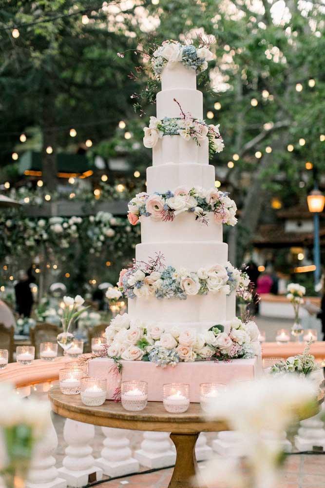 Uma mesa de bolo para impressionar os convidados