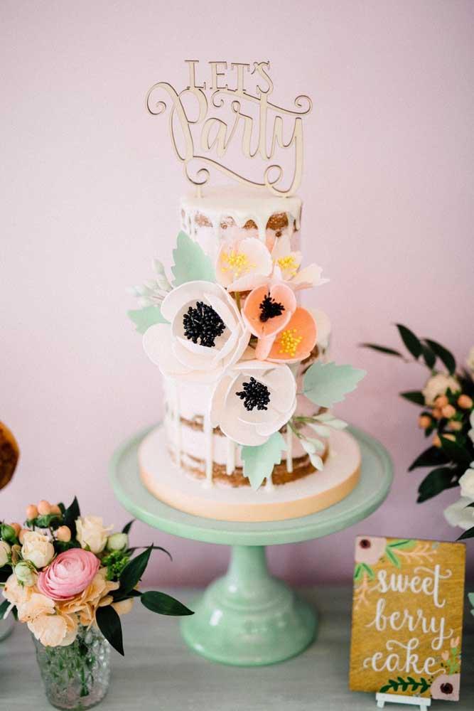 Mesa de bolo de casamento simples, mas super divertida e colorida! Repare que o bolo foi colocado em um suporte para ganhar mais visibilidade