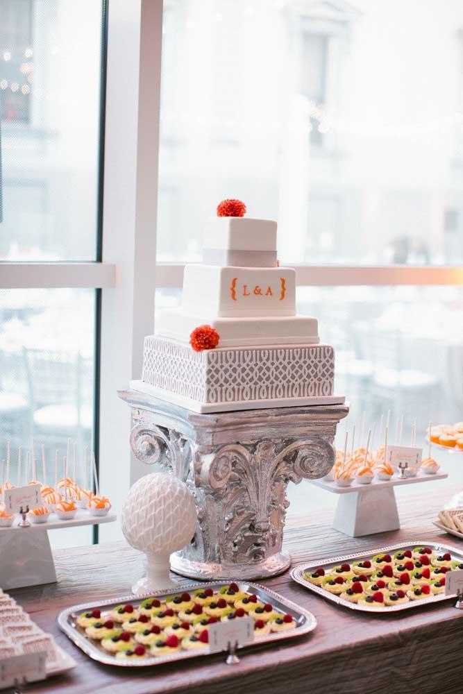 Mesa de bolo de casamento moderna com docinhos e canapés