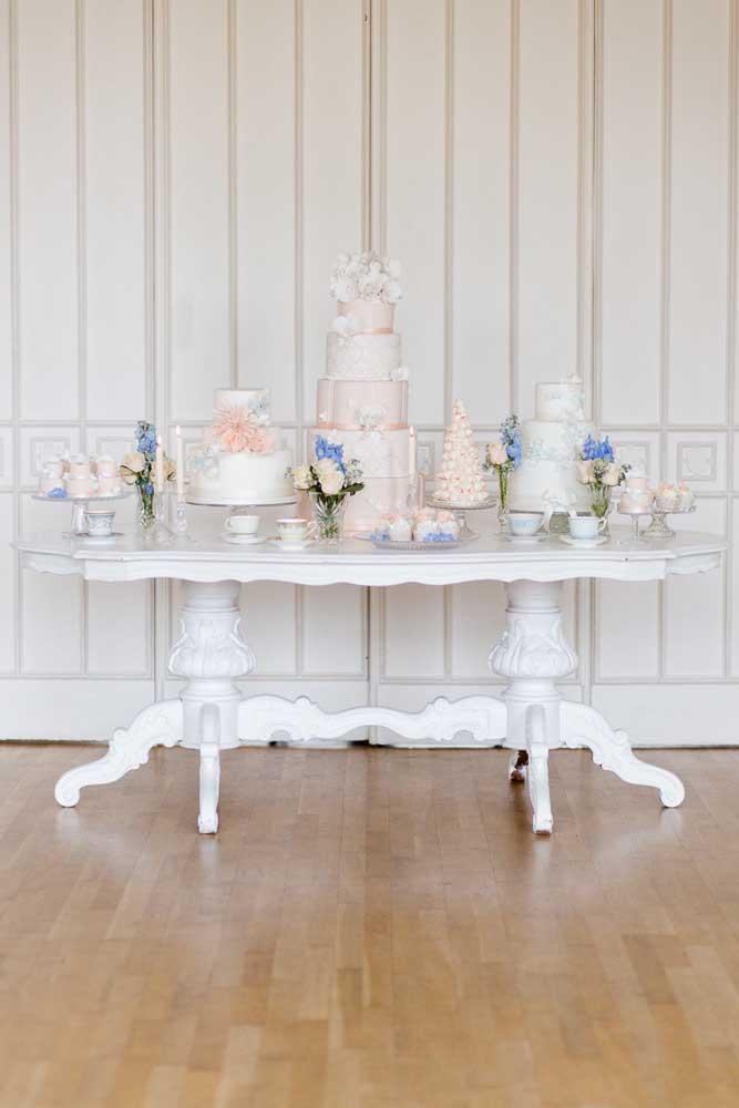 Mesa de bolo de casamento em estilo provençal. Repare que quanto maior a mesa, mais decoração ela precisa ter