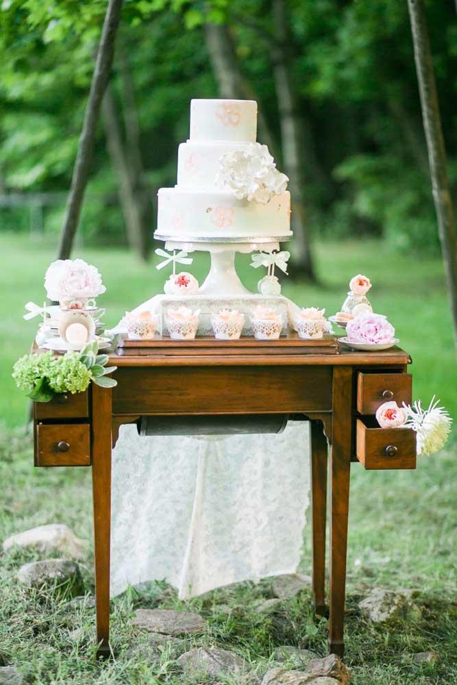 Mesa de bolo de casamento rústica, perfeita para uma cerimônia ao ar livre