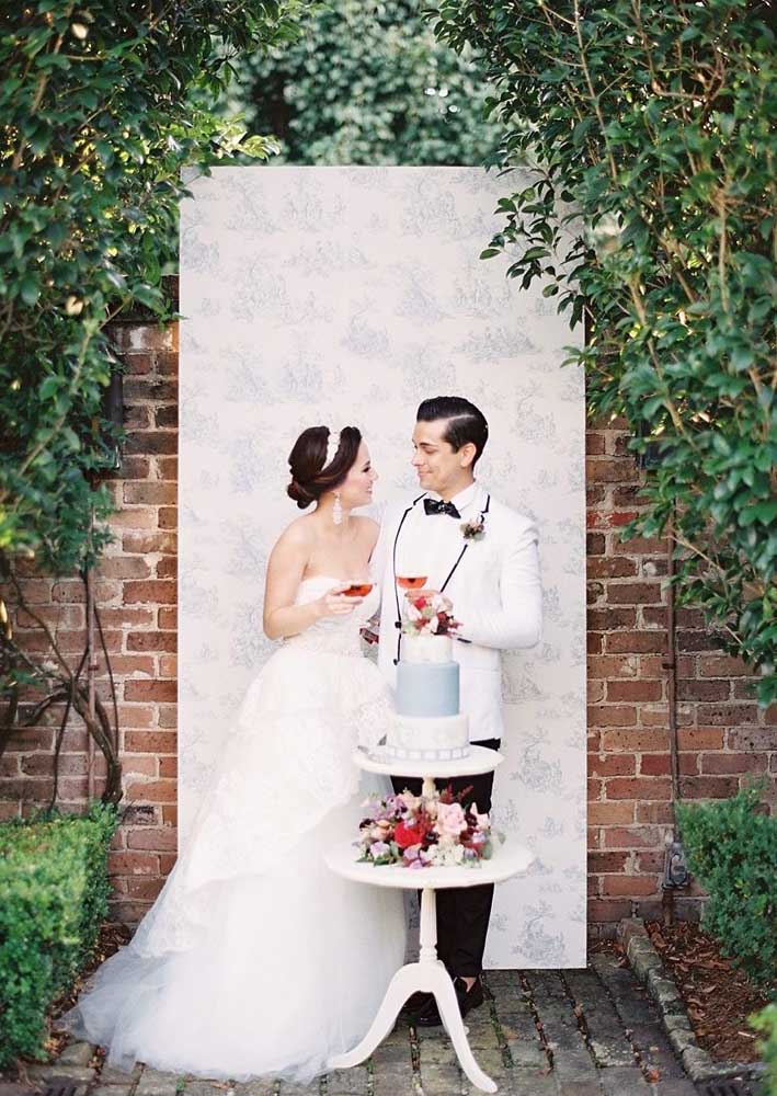 Já aqui, a mesa de bolo de casamento pequena é a pedida ideal para um mini wedding