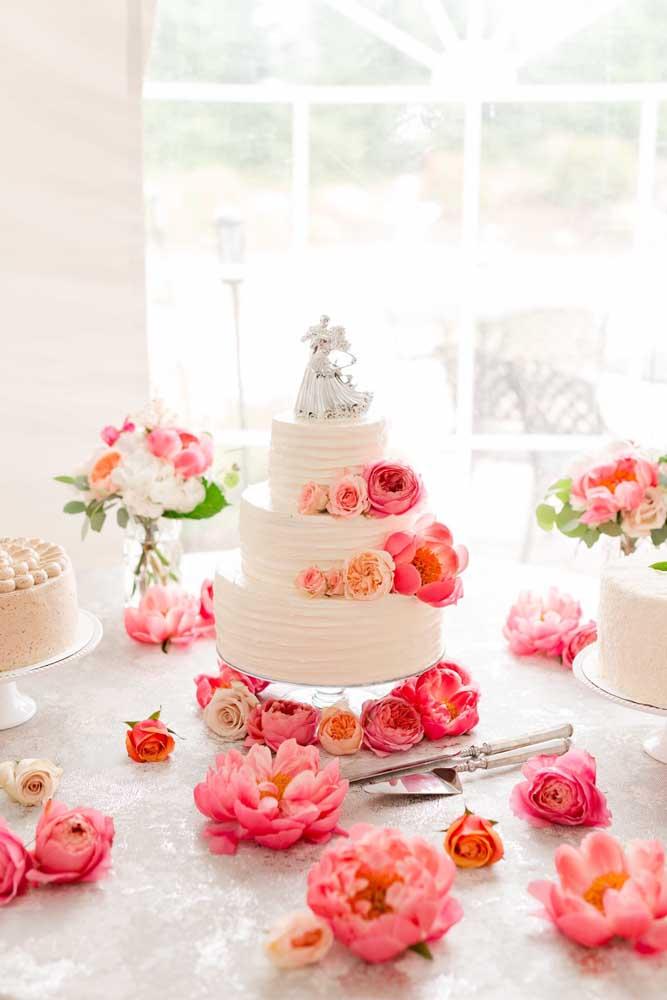Muitas flores para decorar a mesa do bolo de casamento