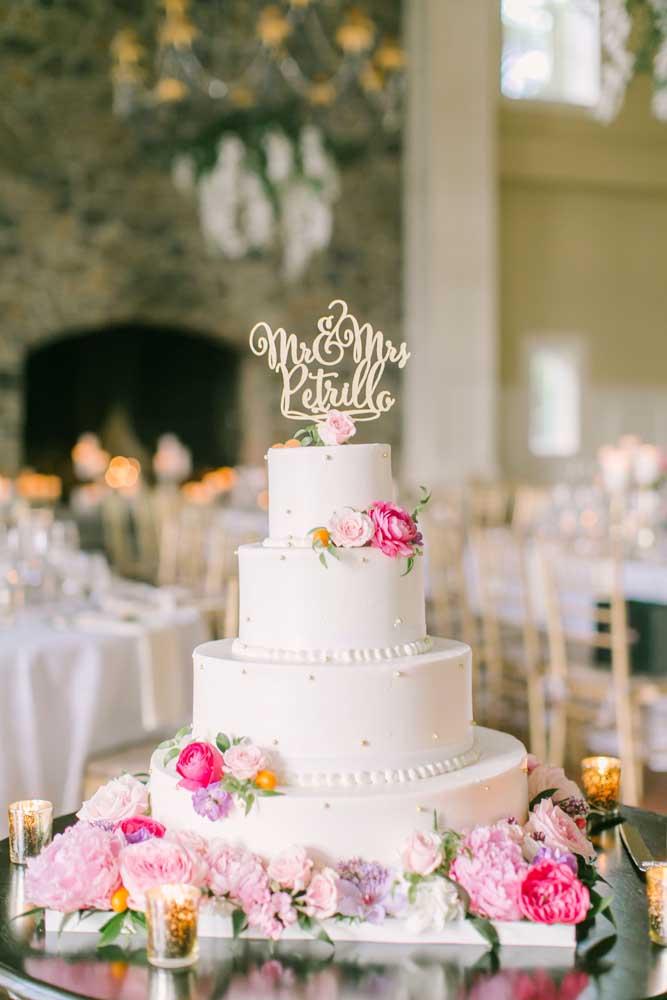 Um bolo simples, valorizado pelas flores