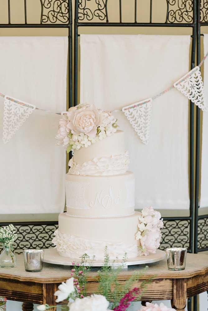 Uma mesa simples, um bolo simples, mas tudo com muita elegância e bom gosto