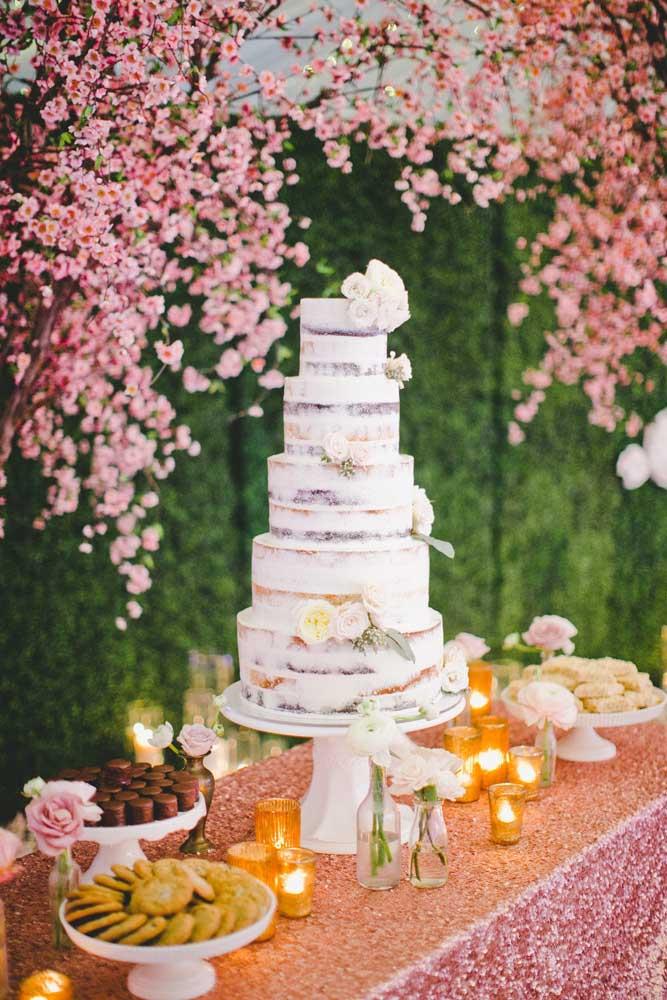 Que tal uma mesa de bolo de casamento ao ar livre com nakked cake de cinco andares?