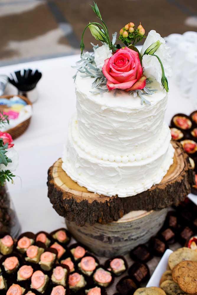 Mesa de bolo de casamento com bolinho pequeno, mas charmoso