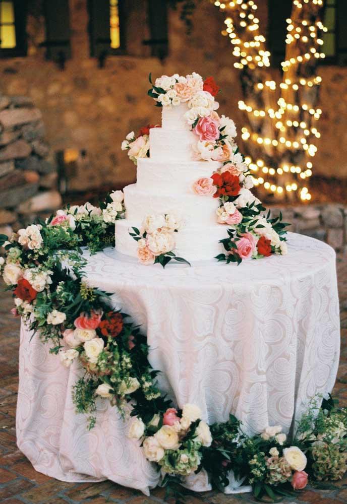 Para uma mesa de bolo de casamento linda você não precisa de muito. Aqui, por exemplo, bastou o bolo e um deslumbrante cordão de flores