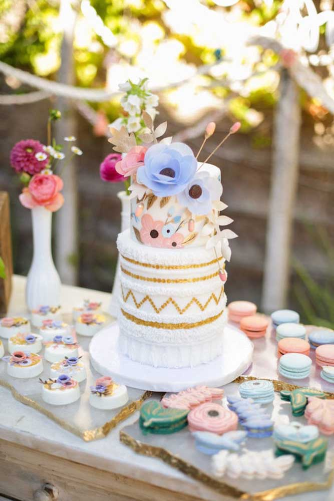 Mesa de bolo de casamento moderna decorada com flores de papel