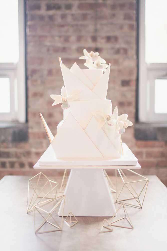O bolo moderno ganhou uma mesa simples e sem adereços, perfeita para destacar o doce