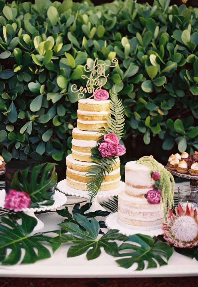 Mesa de bolo de casamento decorada com muro inglês e nakked cake