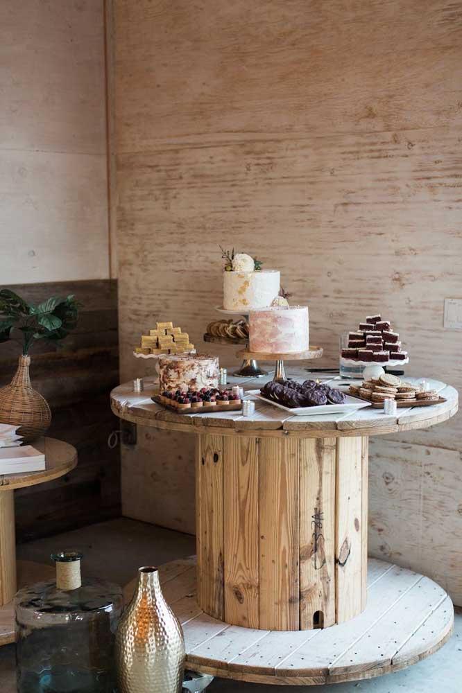 E que tal um carretel de madeira gigante para servir como mesa para o bolo de casamento?