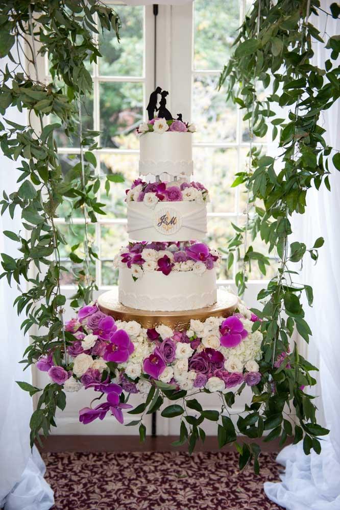 Mesa de bolo de casamento recheada de orquídeas
