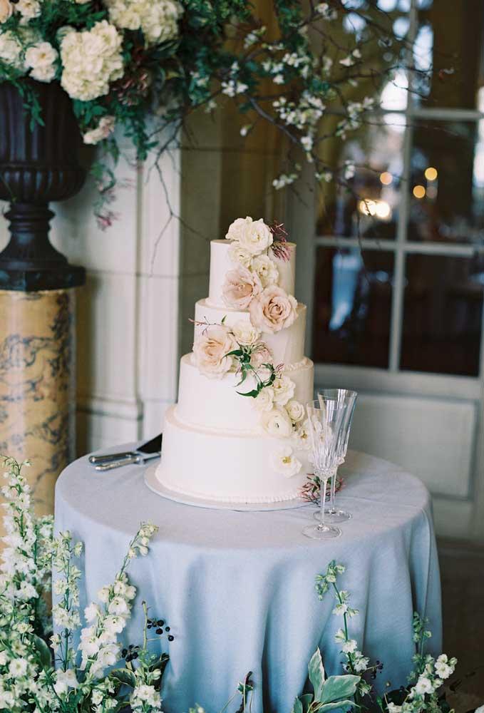 Inspiração de mesa de bolo de casamento simples, ideal para cerimônias que acontecem apenas no civil