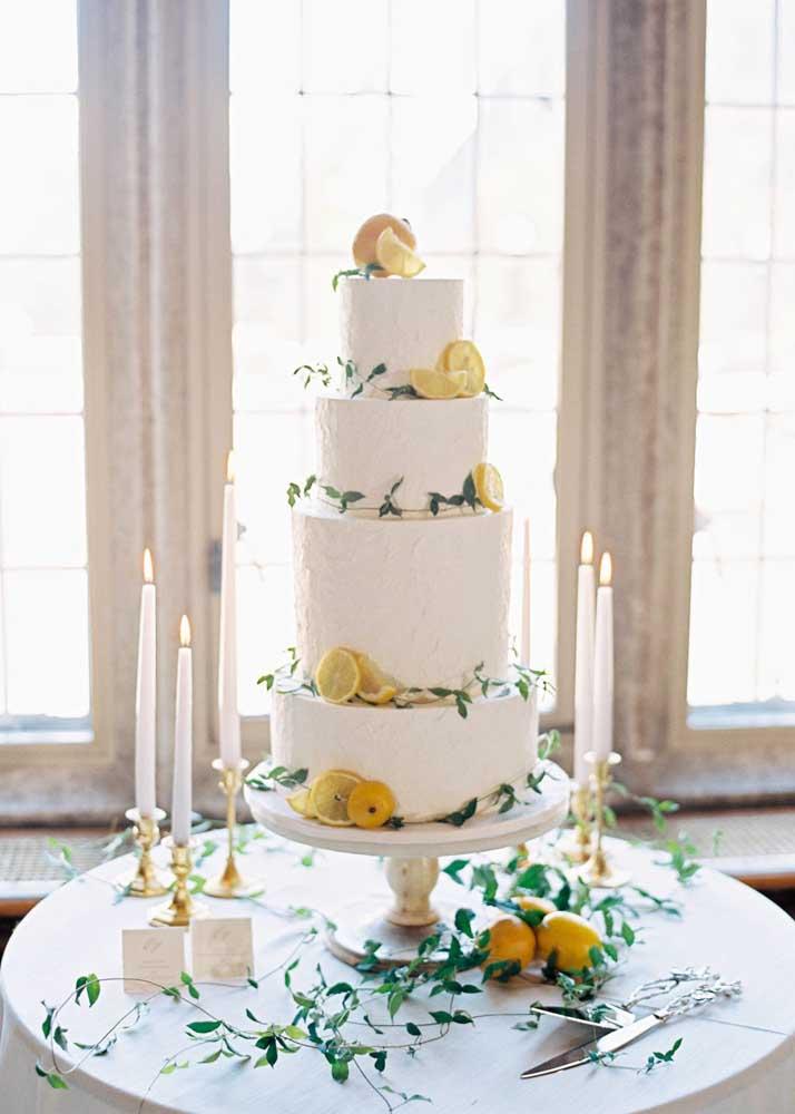 Mesa de bolo de casamento simples, mas super elegante. As rodelas de laranja garantem um toque cítrico e rústico para a decoração