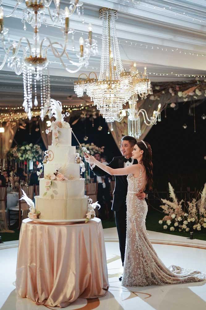 Aquele momento emocionante e especial em que os noivos cortam o bolo