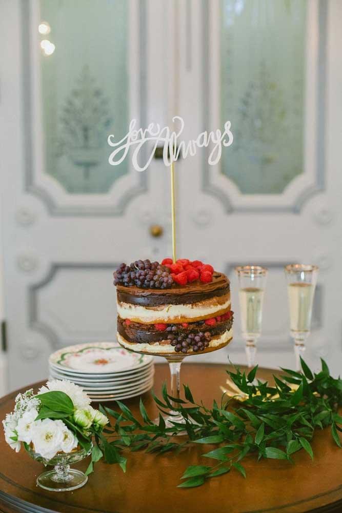 Mesa de bolo de casamento simples para uma cerimônia intimista e familiar