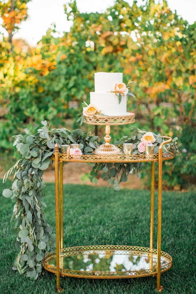 Qualquer móvel da casa pode se transformar em uma linda mesa de bolo de casamento