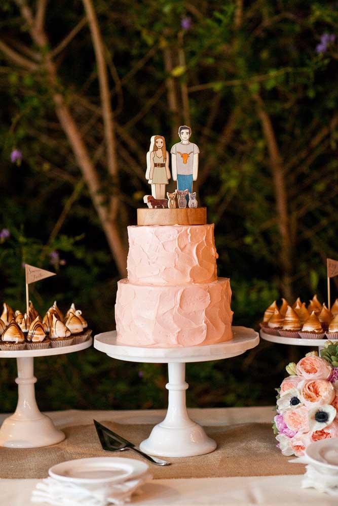 Mesa de bolo de casamento moderna e descontraída. Repare que o topo do bolo é um totem dos noivos