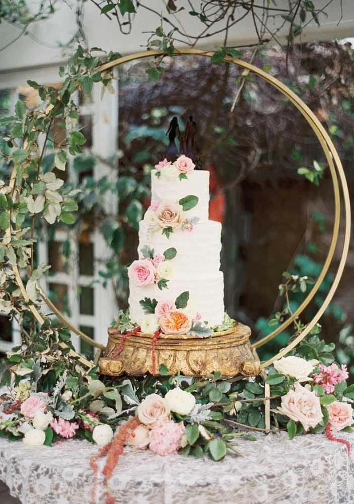 Mesa de bolo de casamento romântica e florida