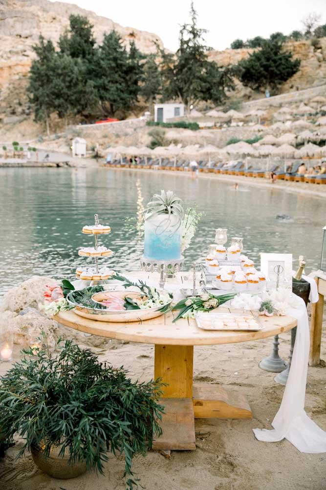Mesa de bolo de casamento ao ar livre. Para mesas desse tipo é importante observar as condições do clima