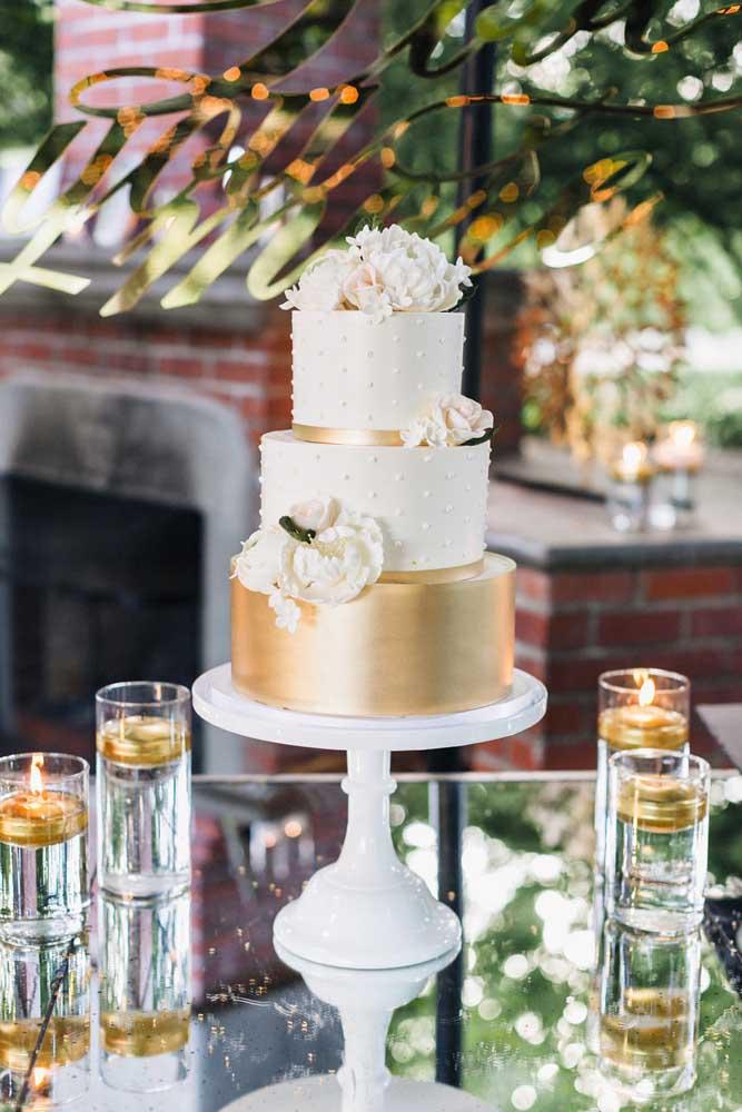 Mesa de bolo moderna e elegante com destaque para os elementos de vidro que a deixam ainda mais clean