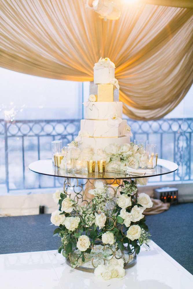 O vidro garantiu o toque de elegância e refinamento para a mesa do bolo