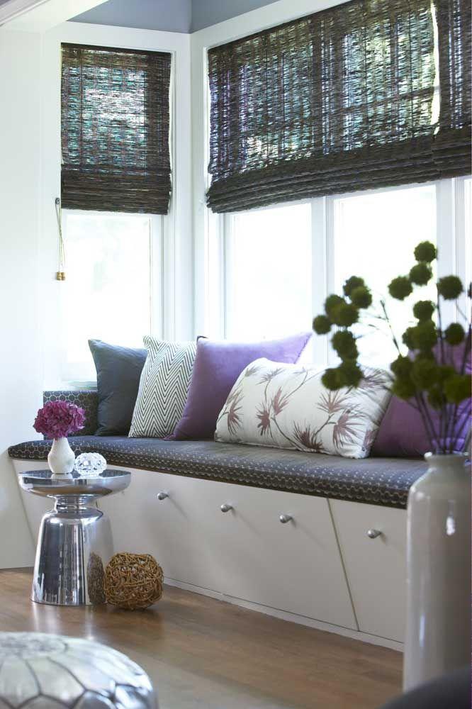 Uma opção é tingir a cortina de bambu na cor desejada; aqui ela foi pintada de preto