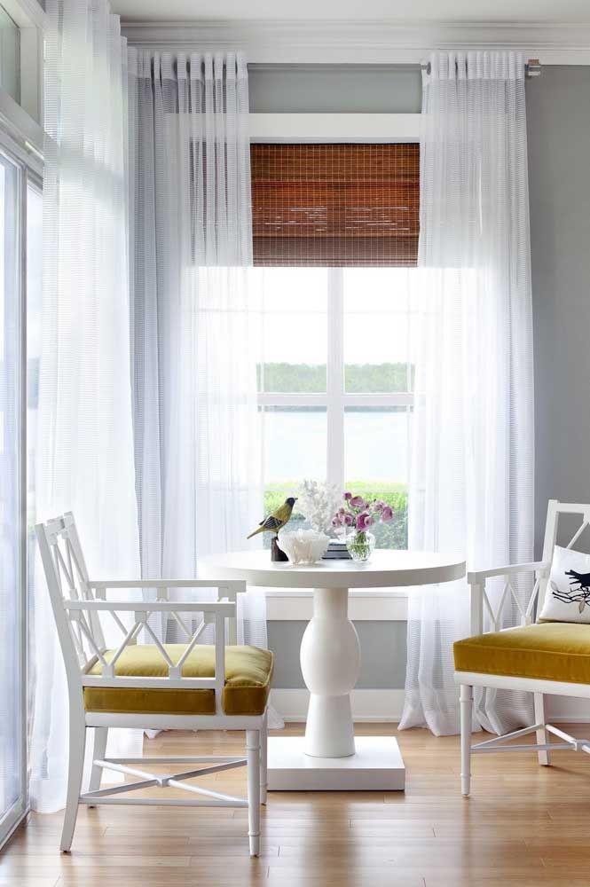 O tapete de fibra natural à frente dialoga com a cortina de bambu que fica logo atrás; apesar da distância entre eles, a ligação é inegável