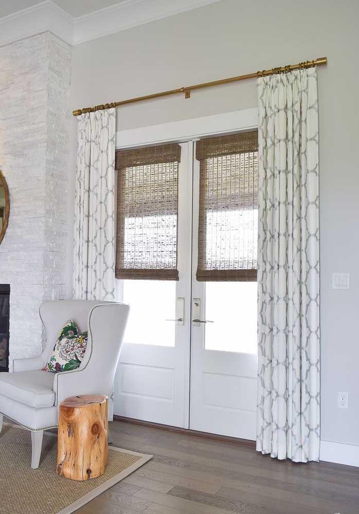 Para a porta de vidro, cortinas de bambu