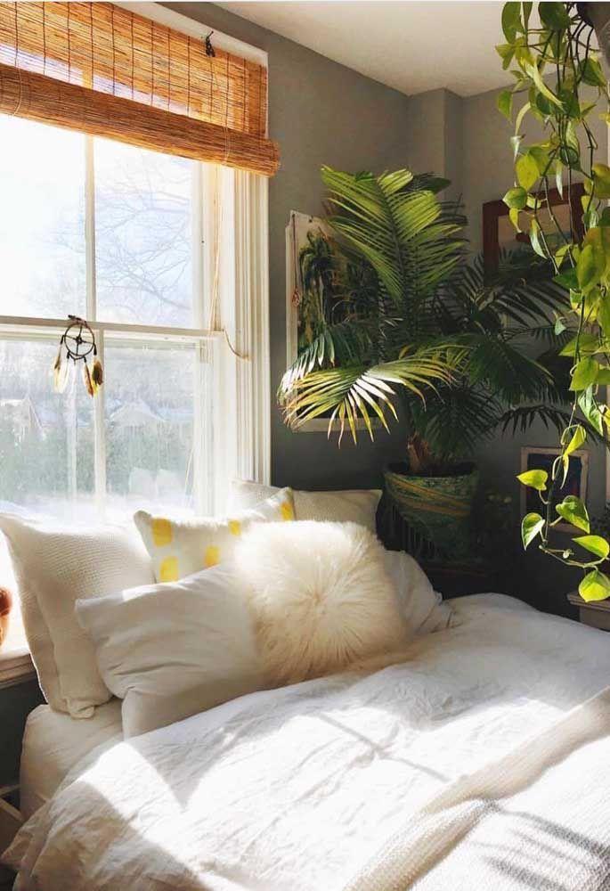 No quarto do casal, a cortina de bambu traz conforto e aconchego; unida às plantas, a decoração é só paz e tranquilidade