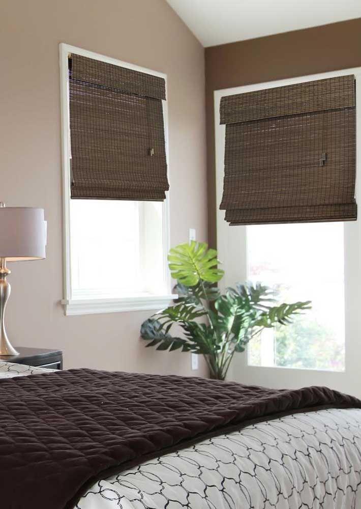 Já nesse quarto, o tom mais escuro do bambu fala diretamente com a roupa de cama