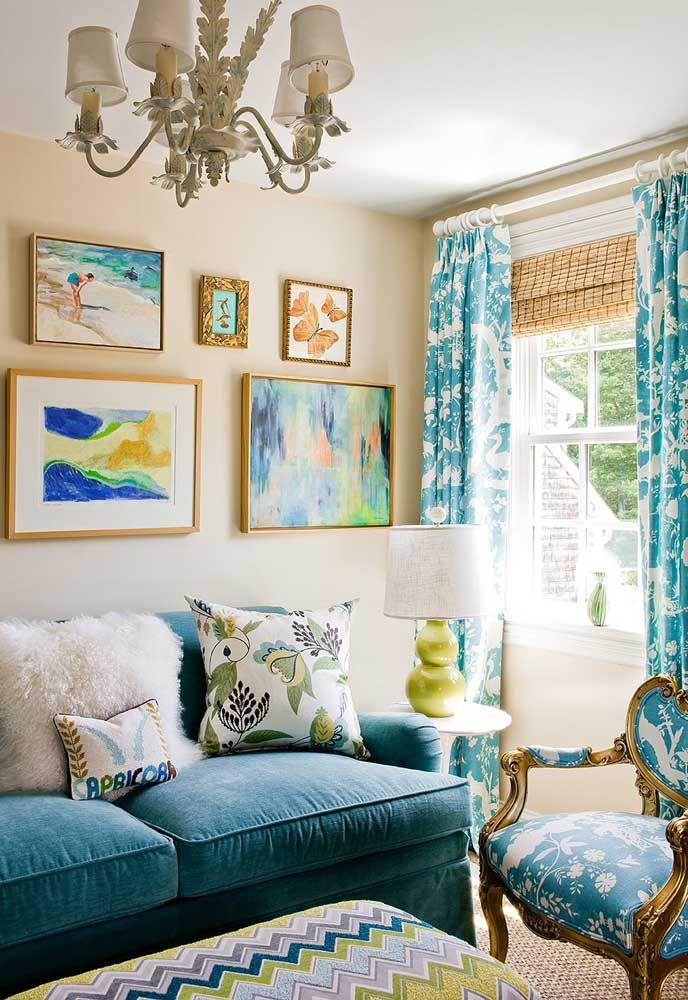 Em meio a todas as cores e estampas dessa sala, a cortina de bambu surge tímida, mas cumpre confiante seu papel