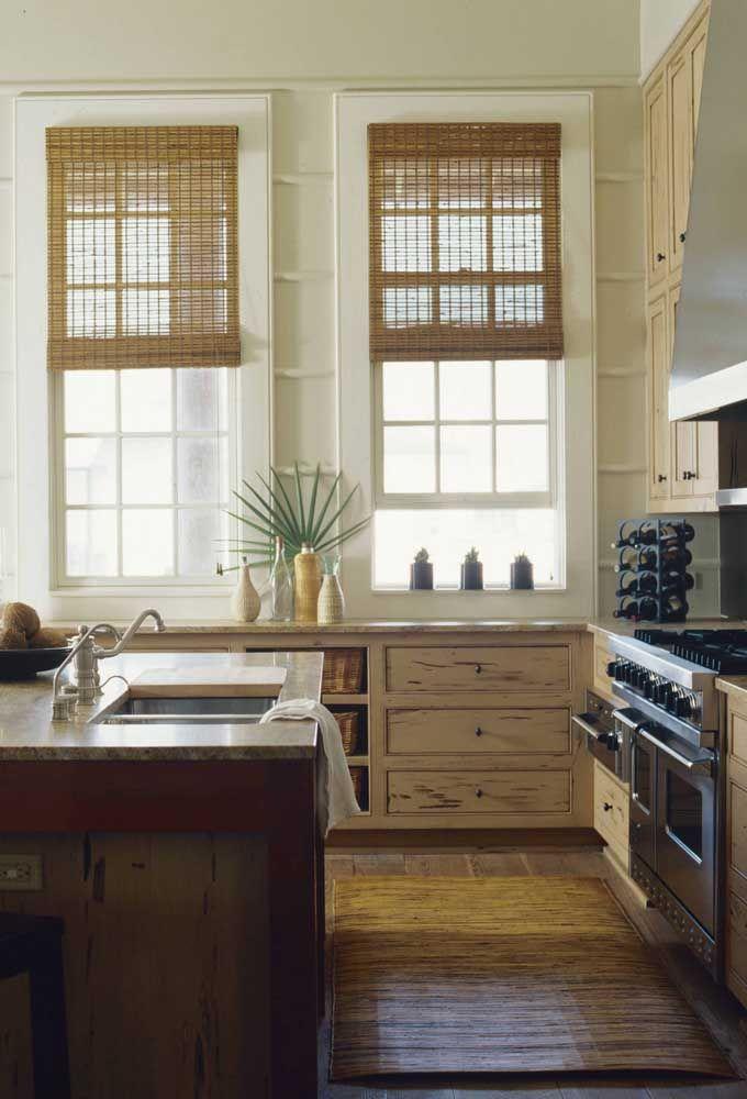 O casamento perfeito entre cozinha de madeira e cortina de bambu