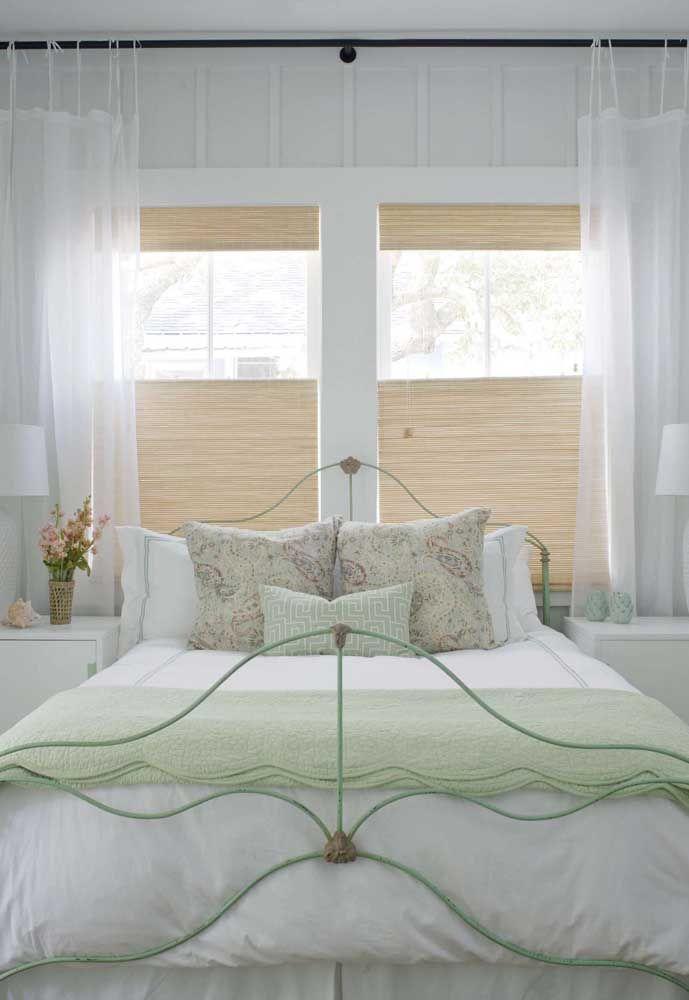 E na proposta romântica e delicada do quarto de casal, a cortina de bambu também tem vez
