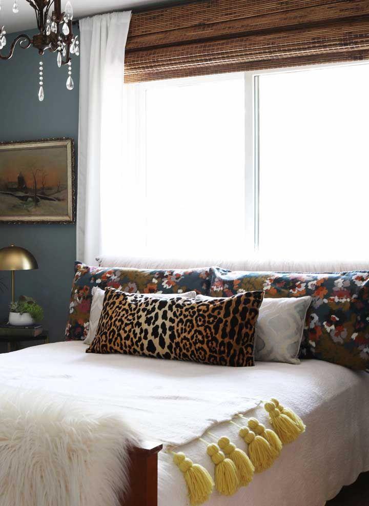 E para bloquear a luz que entra sem dó pelo quarto, uma grande cortina de bambu