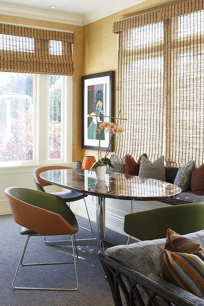 Um cantinho alemão confortável e acolhedor; a cortina de bambu deixa a luz entrar de modo difuso, tornando o ambiente ainda mais prazeroso