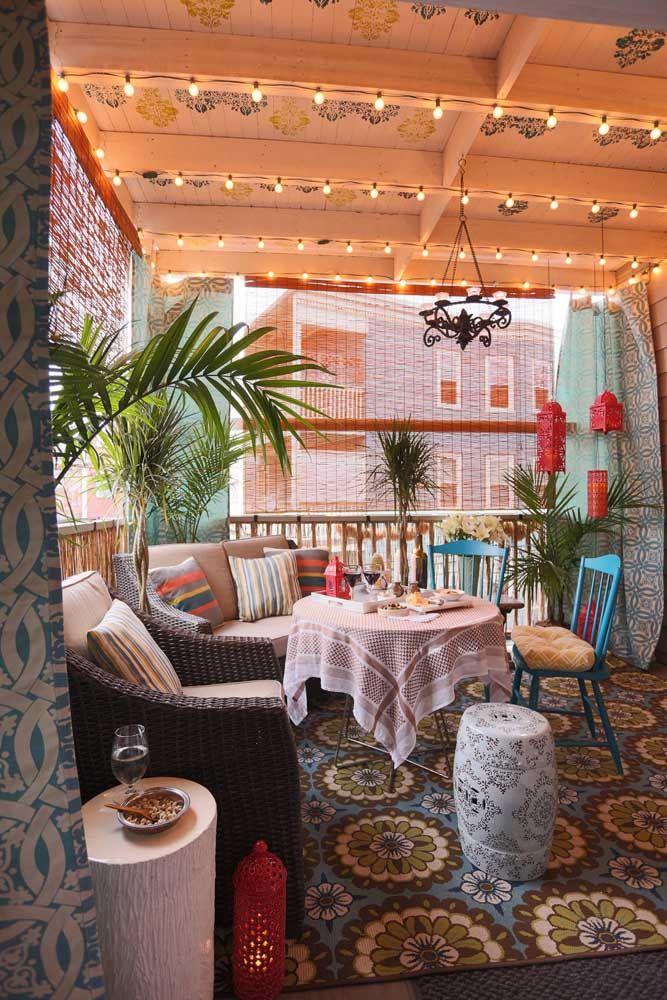 Receitinha para tornar um ambiente cem por cento aconchegante: cores alegres, plantas, texturas, madeira e uma cortina de bambu para fechar