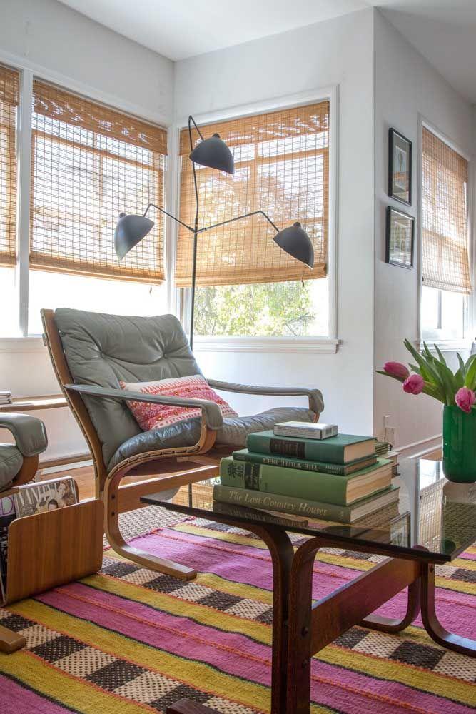 Em todas as janelas dessa sala a cortina de bambu marca presença