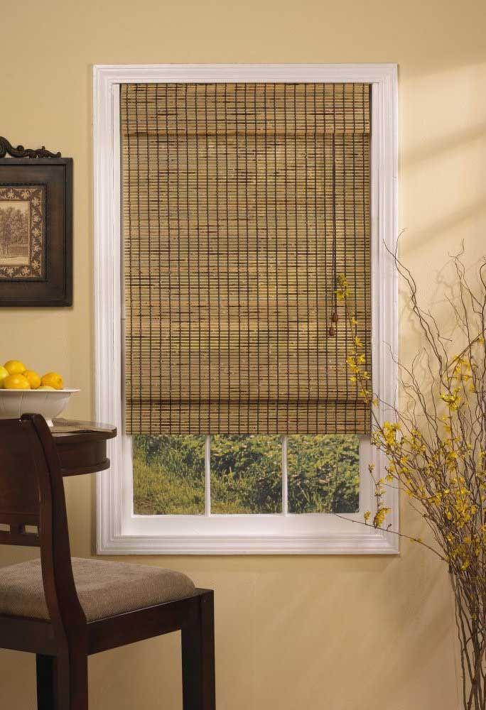 Mesmo as menores das janelas ficam encantadoras com a cortina de bambu