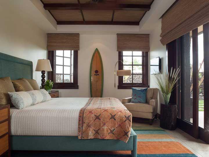 É claro que as cortinas de bambu não poderiam faltar em um típico quarto de praia