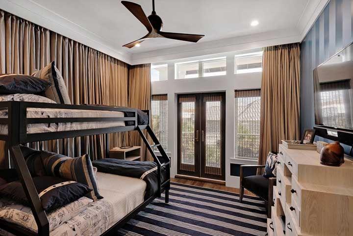O quarto juvenil ficou mais acolhedor com o uso das cortinas de bambu